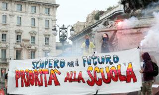 Uno degli striscioni della protesta studentesca a Milano