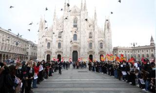 Gli studenti in piazza Duomo a Milano