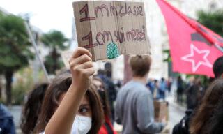 Le contraddizioni del distanziamento sociale nella protesta degli studenti milanesi