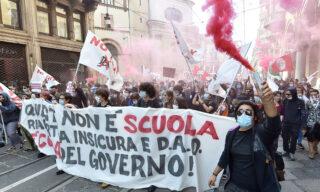 Lo striscione che ha aperto il corteo degli studenti a Torino