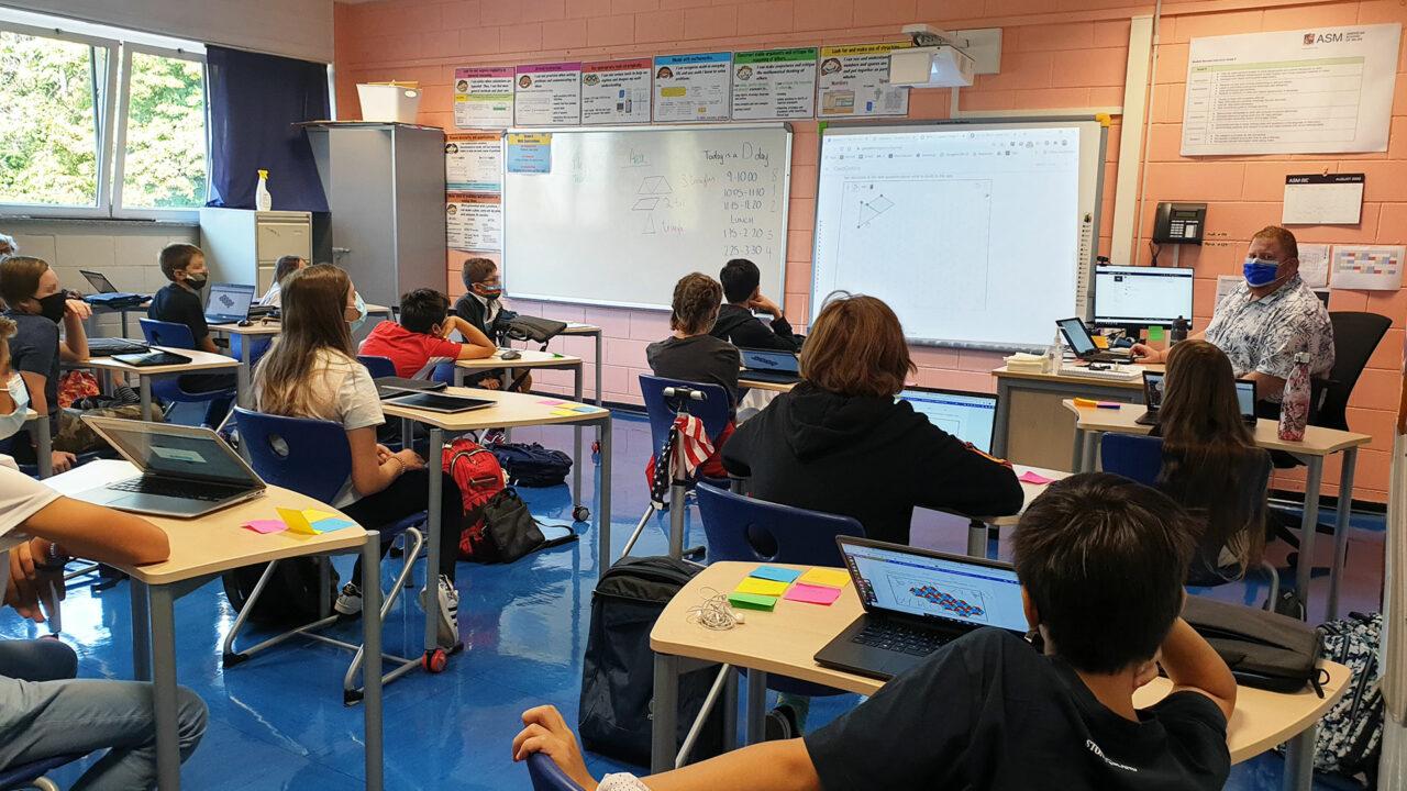 Una classe fa lezione in presenza