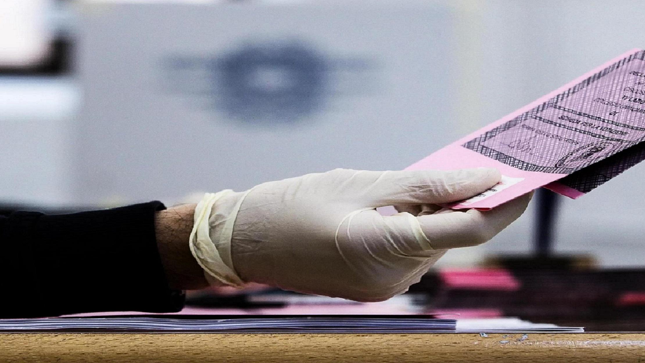 L'Italia a corto di scrutatori per il voto di domani. A Milano l'emergenza dura una giornata