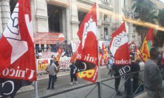 La manifestazione degli studenti sotto la sede del ministero dell'Istruzione a Roma
