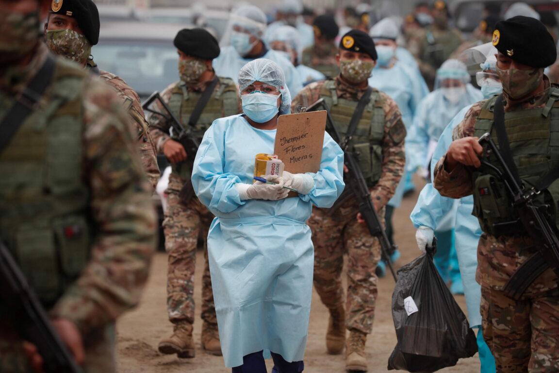 Kim mostra i muscoli, super missili alla parata militare