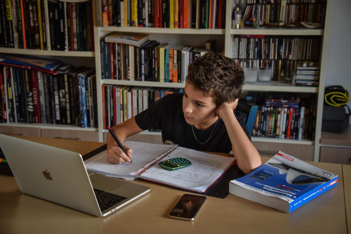Studente a casa segue le lezioni online