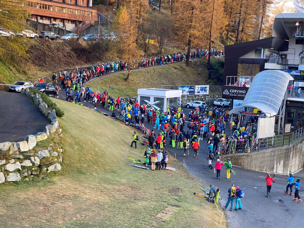 Cervinia, parte la stagione dello sci: polemiche per la coda alle casse