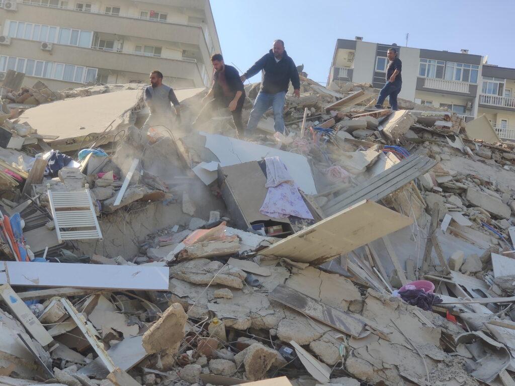 Terremoto tra Grecia e Turchia, persone sotto le macerie a Smirne