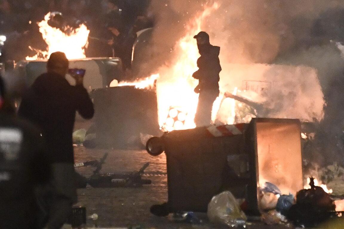 Rivolta a Napoli contro il lockdown, l'ombra di ultras e neofascisti. Per Morra c'era anche «la sapiente regia dei clan» – I video