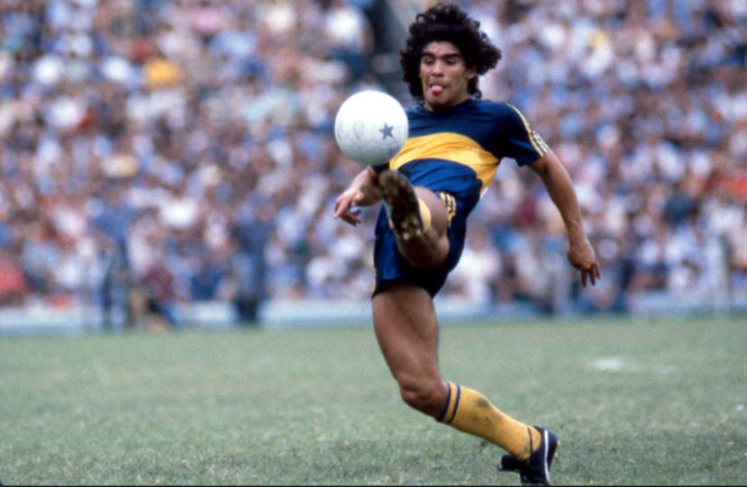 Diego Armando Maradona in azione con la maglia del Boca Juniors nel 1981