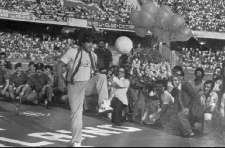 La presentazione di Diego Armando Maradona allo stadio San Paolo di Napoli, 5 luglio 1984