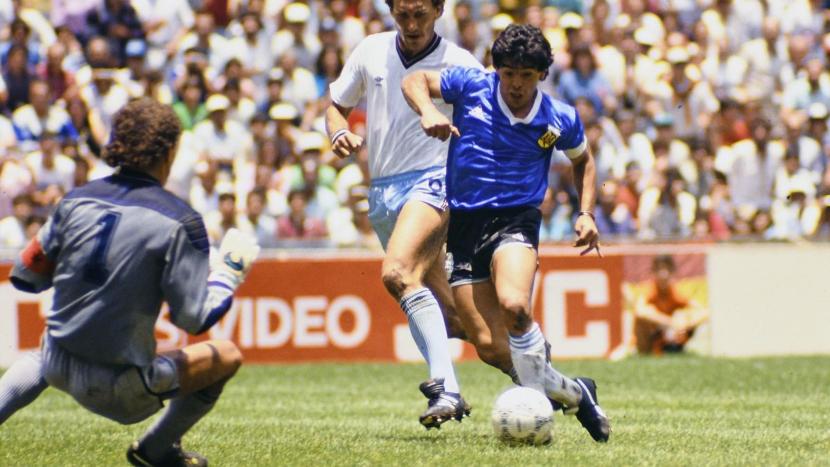 Diego Armando Maradona sta per segnare il gol del Secolo contro l'Inghilterra, Città del Messico, 22 giugno 1986