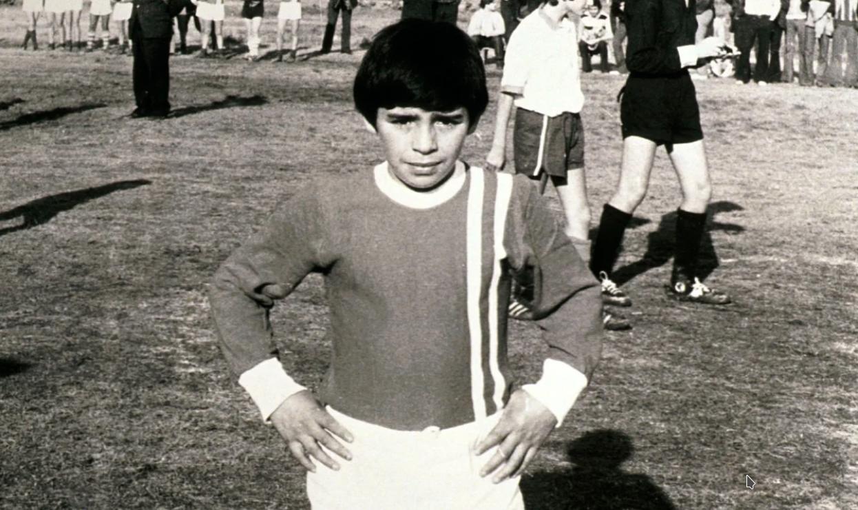Diego Armando Maradona con la maglia delle Cebollitas dell'Argentinos Juniors
