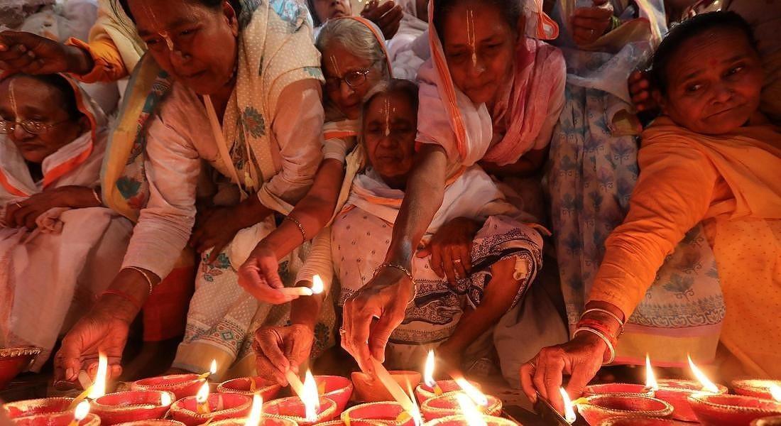 Donne indiane durante il Diwali, la festa delle luci indù