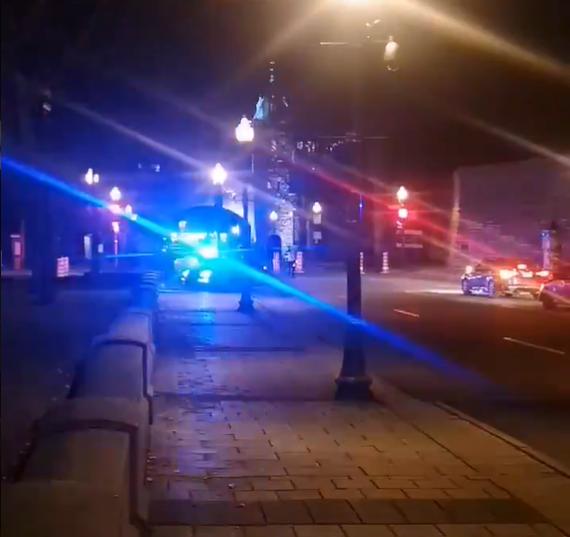 Quebec, accoltella e uccide due persone con un'arma medievale: arrestato