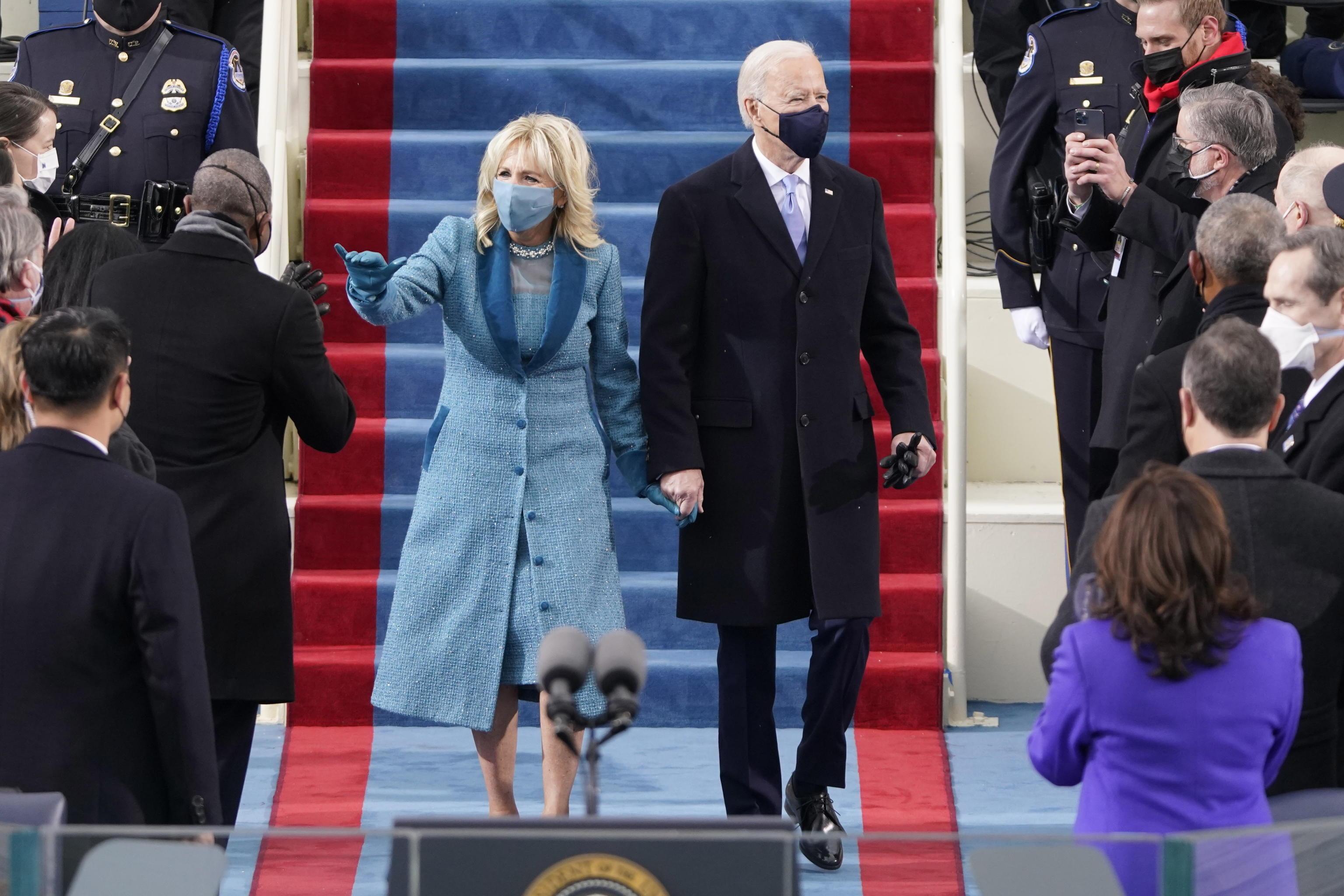 I Proud Boys scaricano Trump, i QAnon cercano un nuovo eroe. Tutti i delusi (e confusi) dall'Inauguration Day