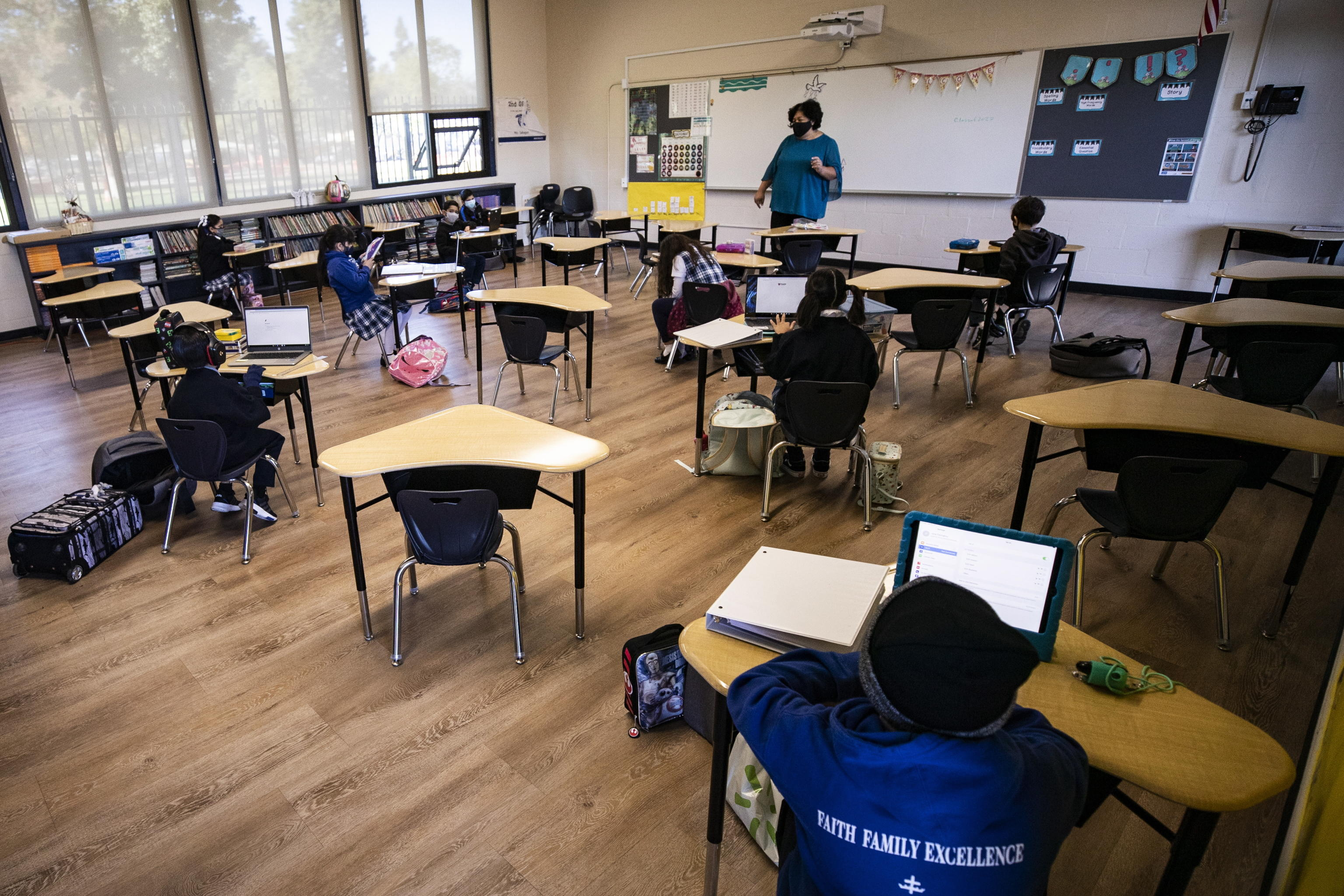 Coronavirus, gli esperti Usa: «Le scuole sono sicure con mascherine e distanziamento». Nel Regno Unito quarantena obbligatoria in hotel dai Paesi a rischio