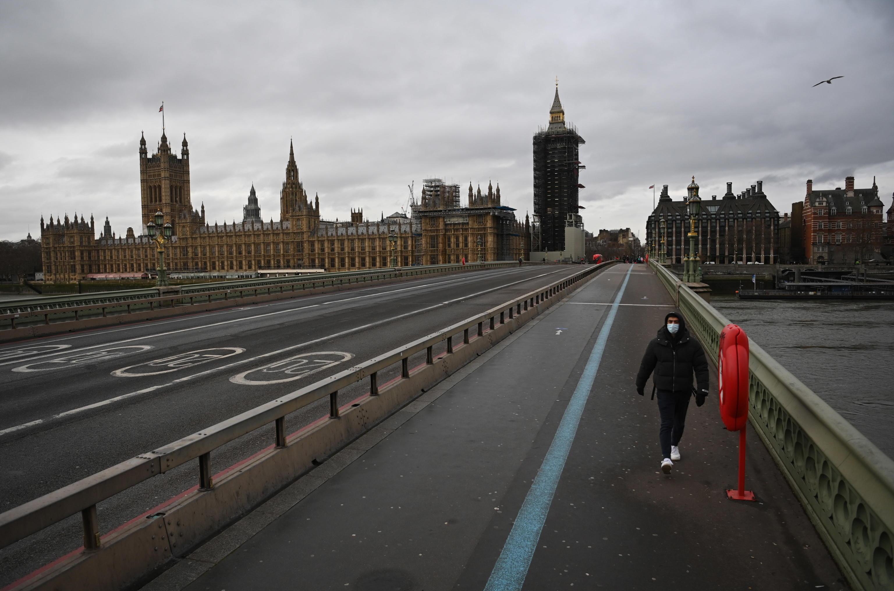 Coronavirus, superate le 100mila vittime nel Regno Unito. Il premier Johnson: «Dolore difficile da esprimere»