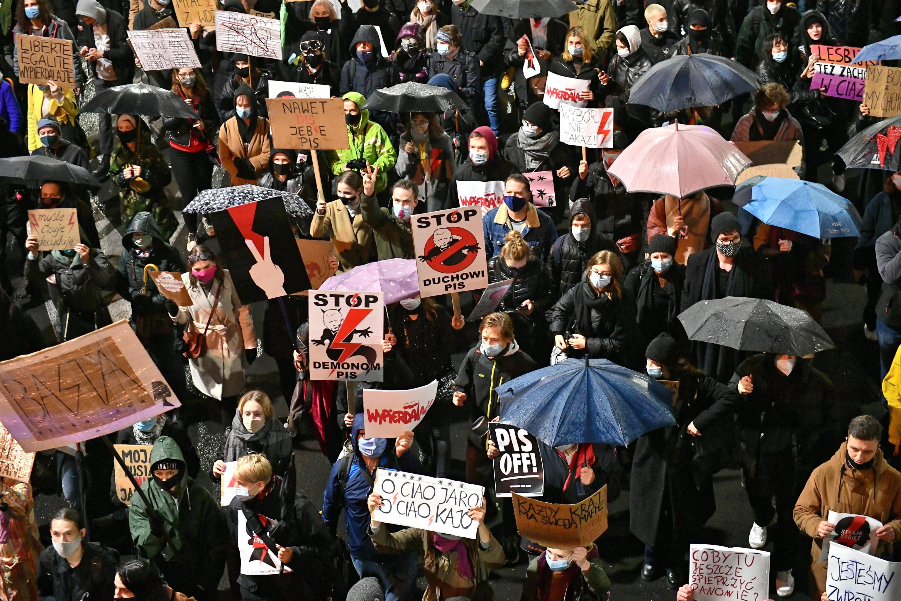 Polonia, entra in vigore il divieto quasi totale dell'aborto. Le donne sono pronte a scendere in piazza