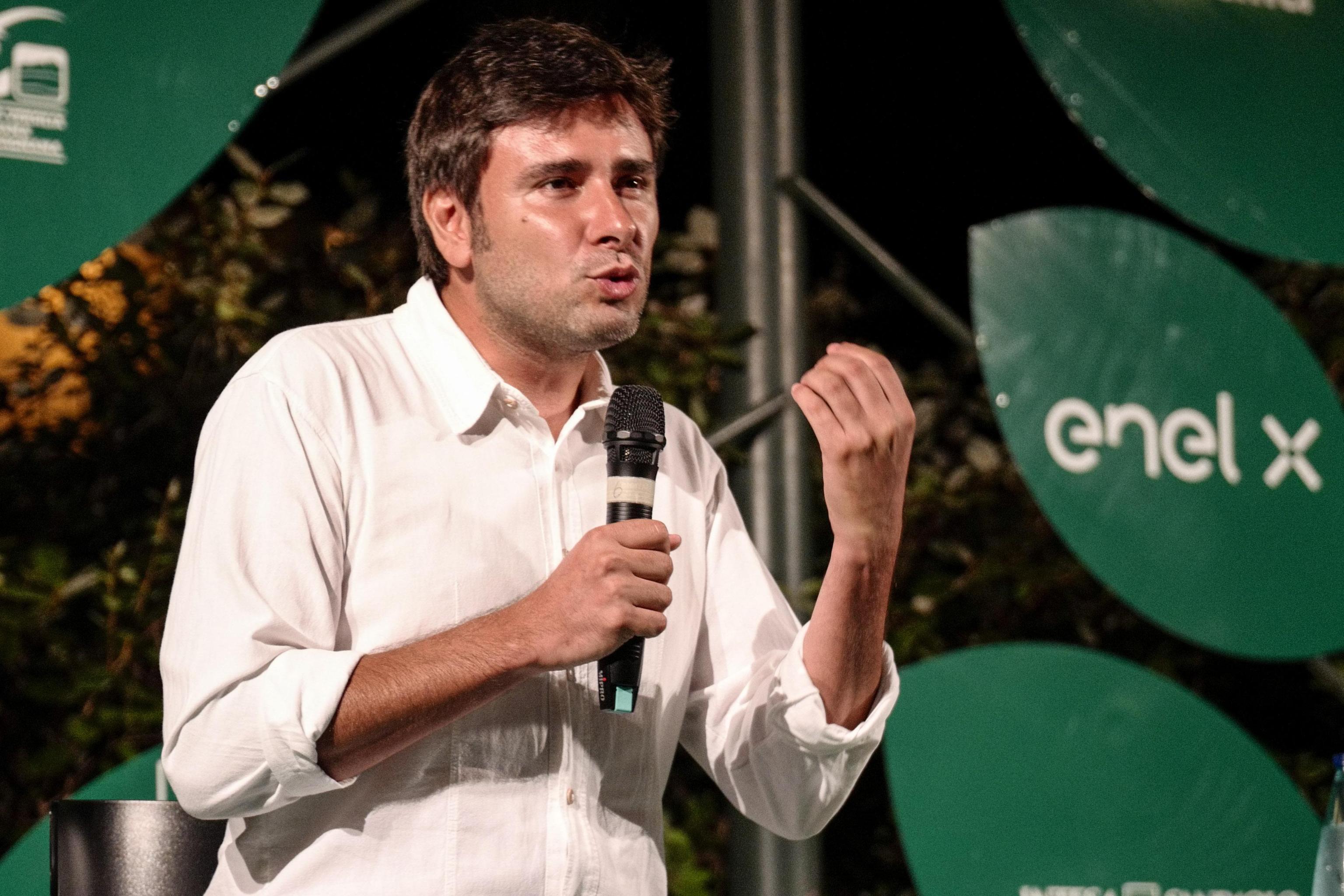 Disposti a tutto pur di evitare Renzi |  Di Battista apre ai «costruttori» |  esclusi gli Udc |  si guarda a Forza Italia  O al voto