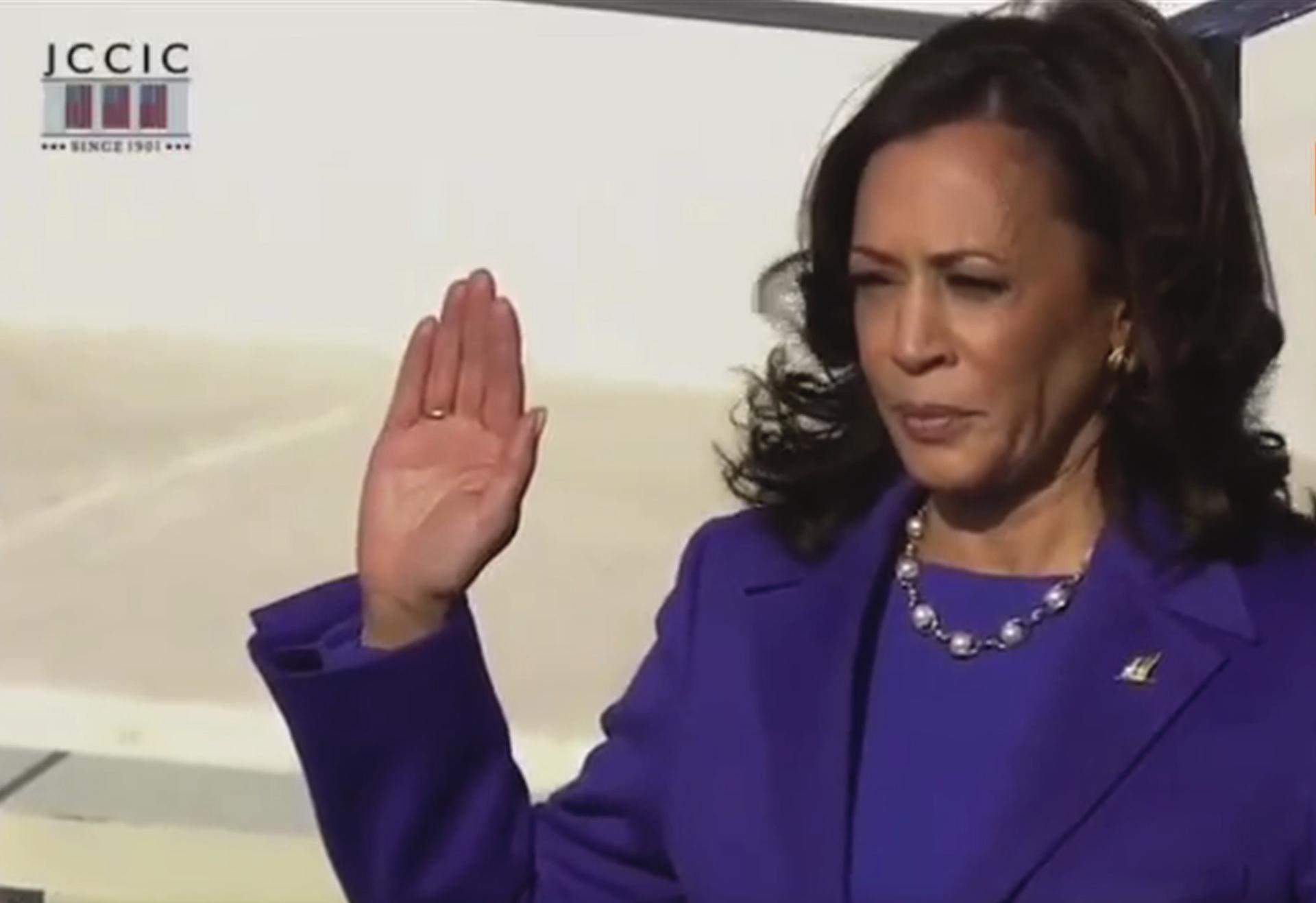 Kamala Harris entra nella storia. Il giuramento della prima donna vice presidente Usa – Il video