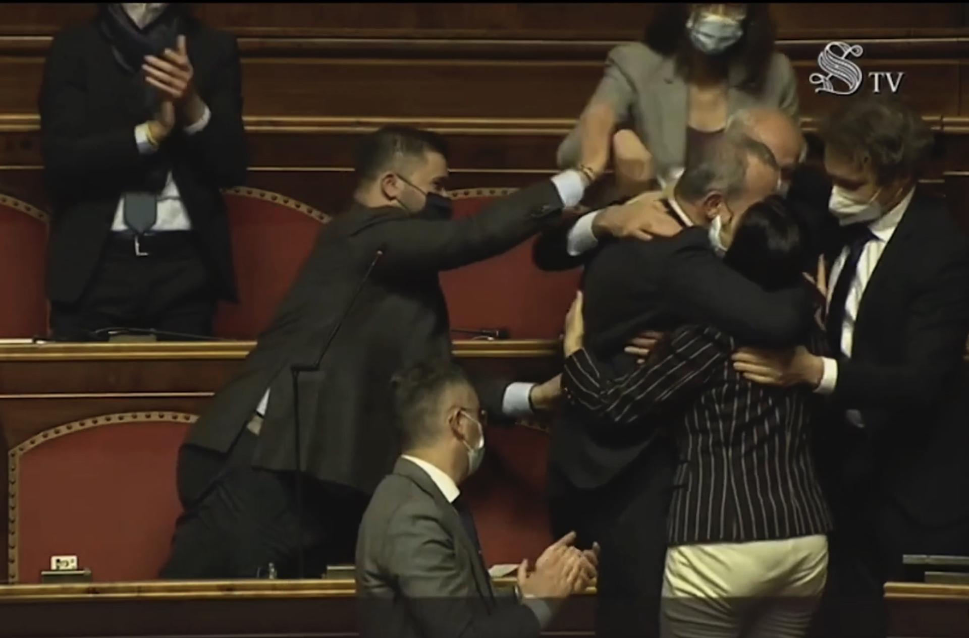La festa al Senato per la fiducia alla faccia della Covid, il grillino Licheri bacia e abbraccia tutti – Video