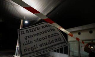 La protesta fuori dalla sede dell'Ufficio scolastico territoriale a Milano