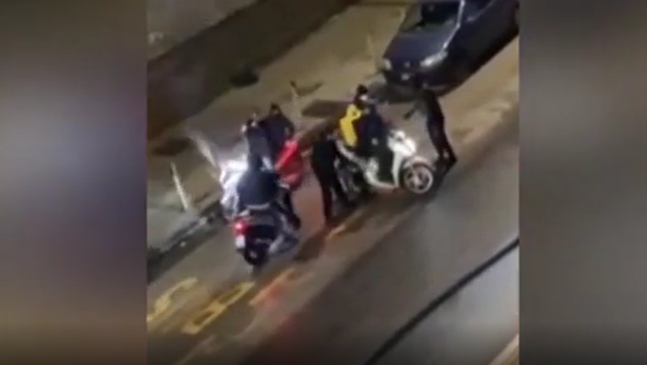 Rider rapinato a Napoli, fermati aggressori e scooter recuperato