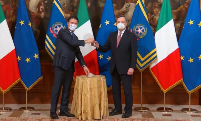 Il passaggio di consegne tra Giuseppe Conte e Mario Draghi