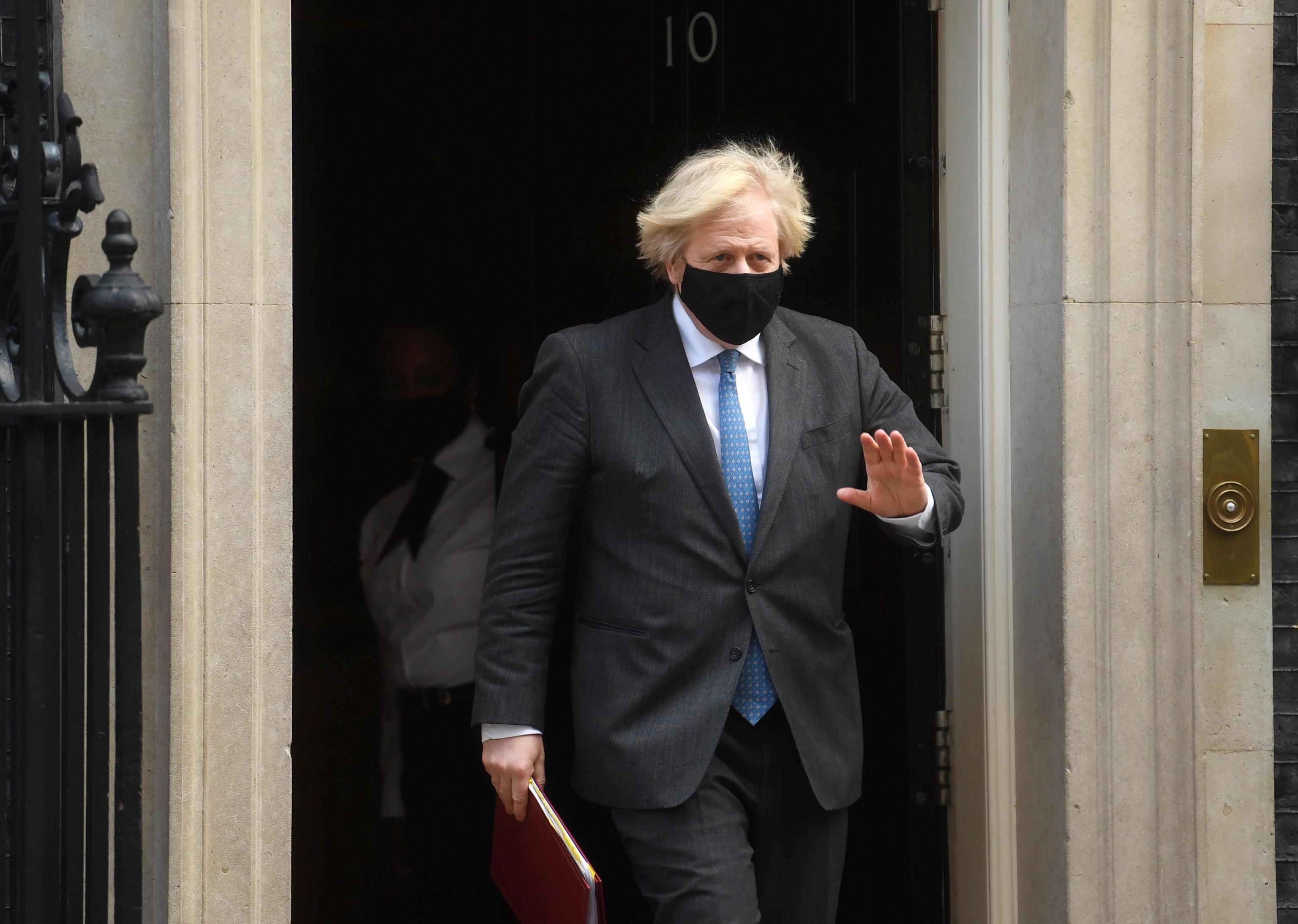 Come fa il Regno Unito a uscire dal lockdown con la variante Covid: il piano di Boris Johnson per riaprire tutto a giugno
