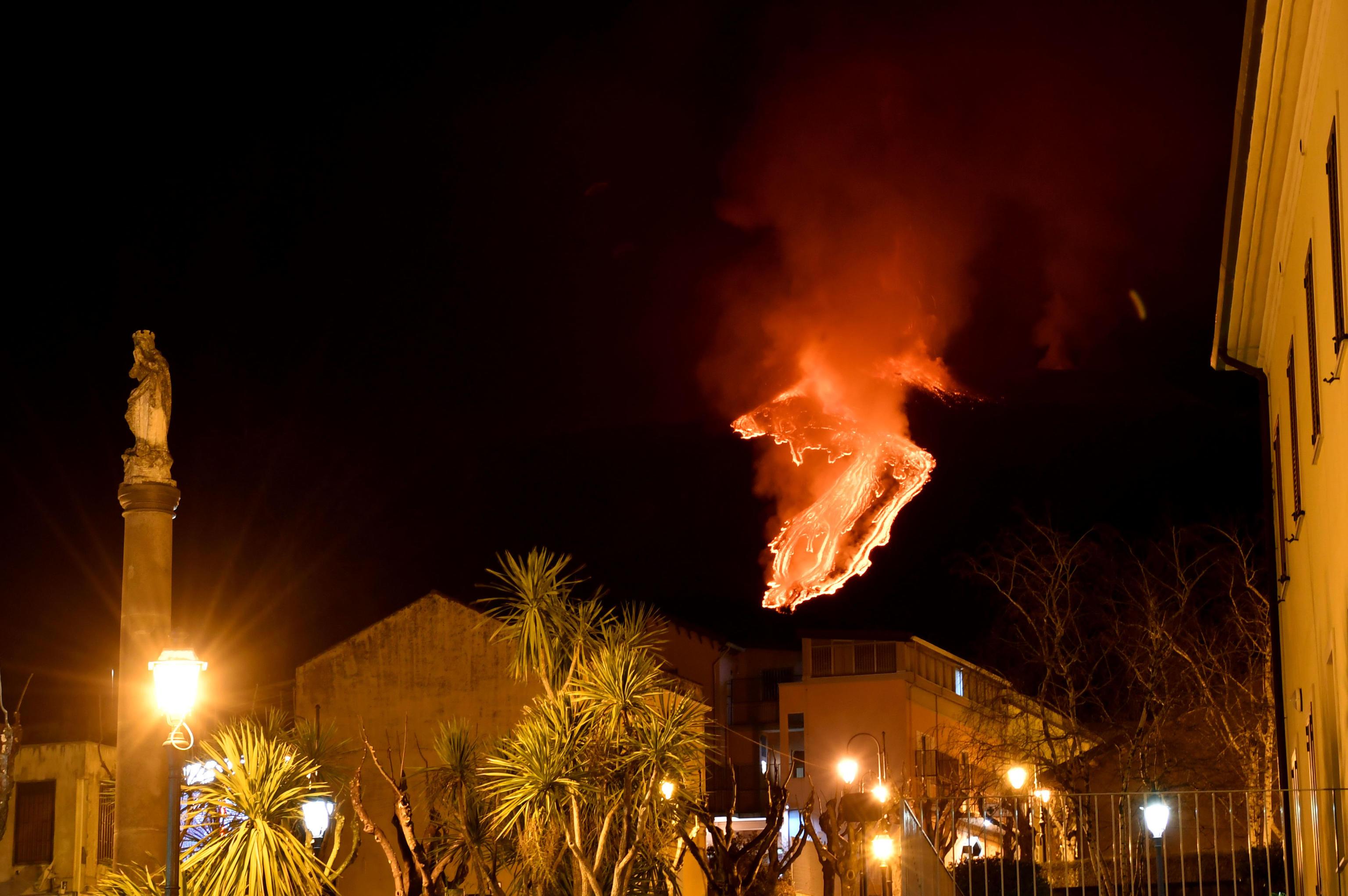 L'Etna continua a dare spettacolo |  nella notte getti di lava alti fino a un chilometro – Il video