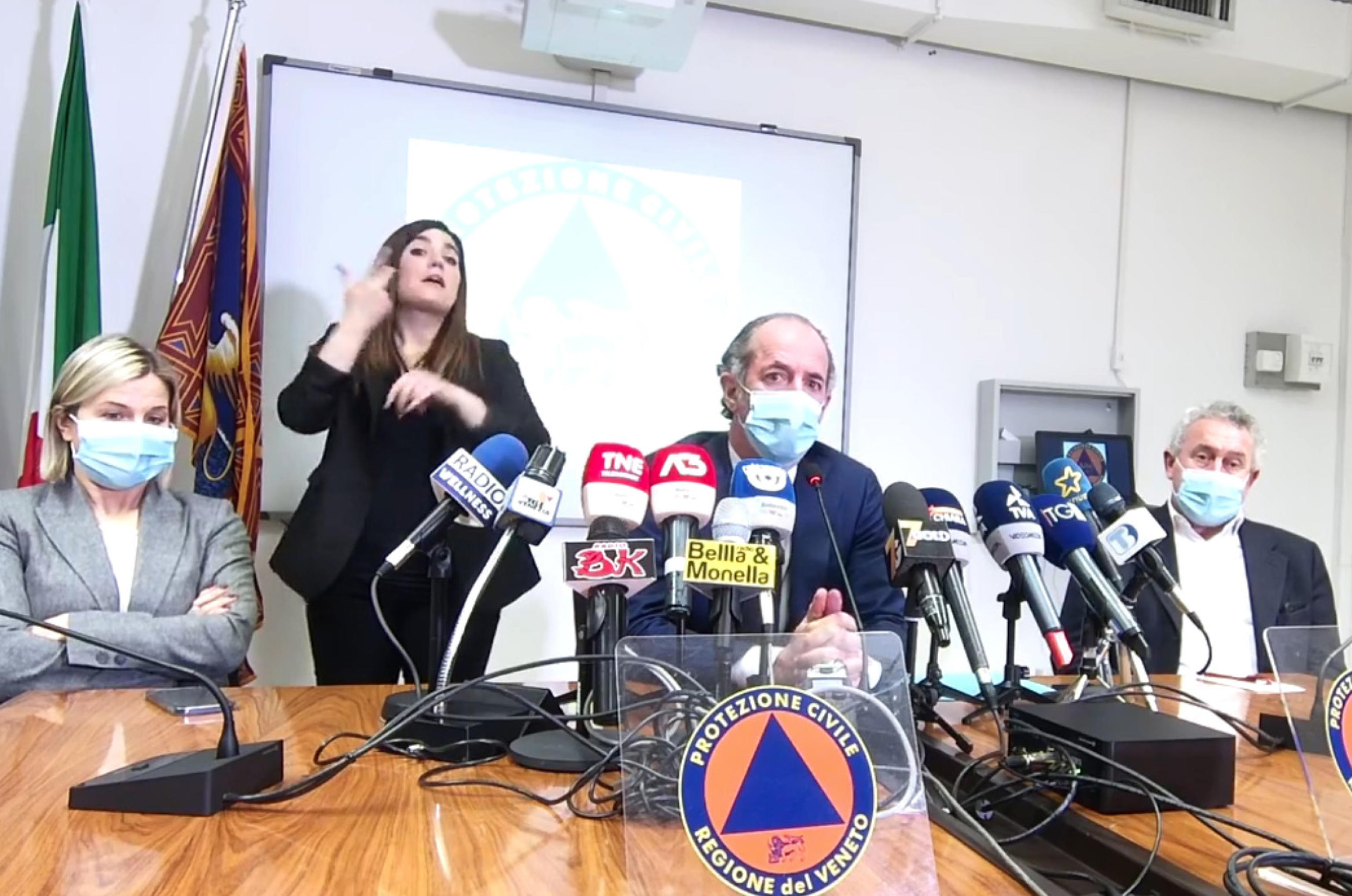 Coronavirus, in Veneto 17 decessi e aumento degli ingressi in terapia intensiva. Zaia: «Rischiamo la zona arancione»