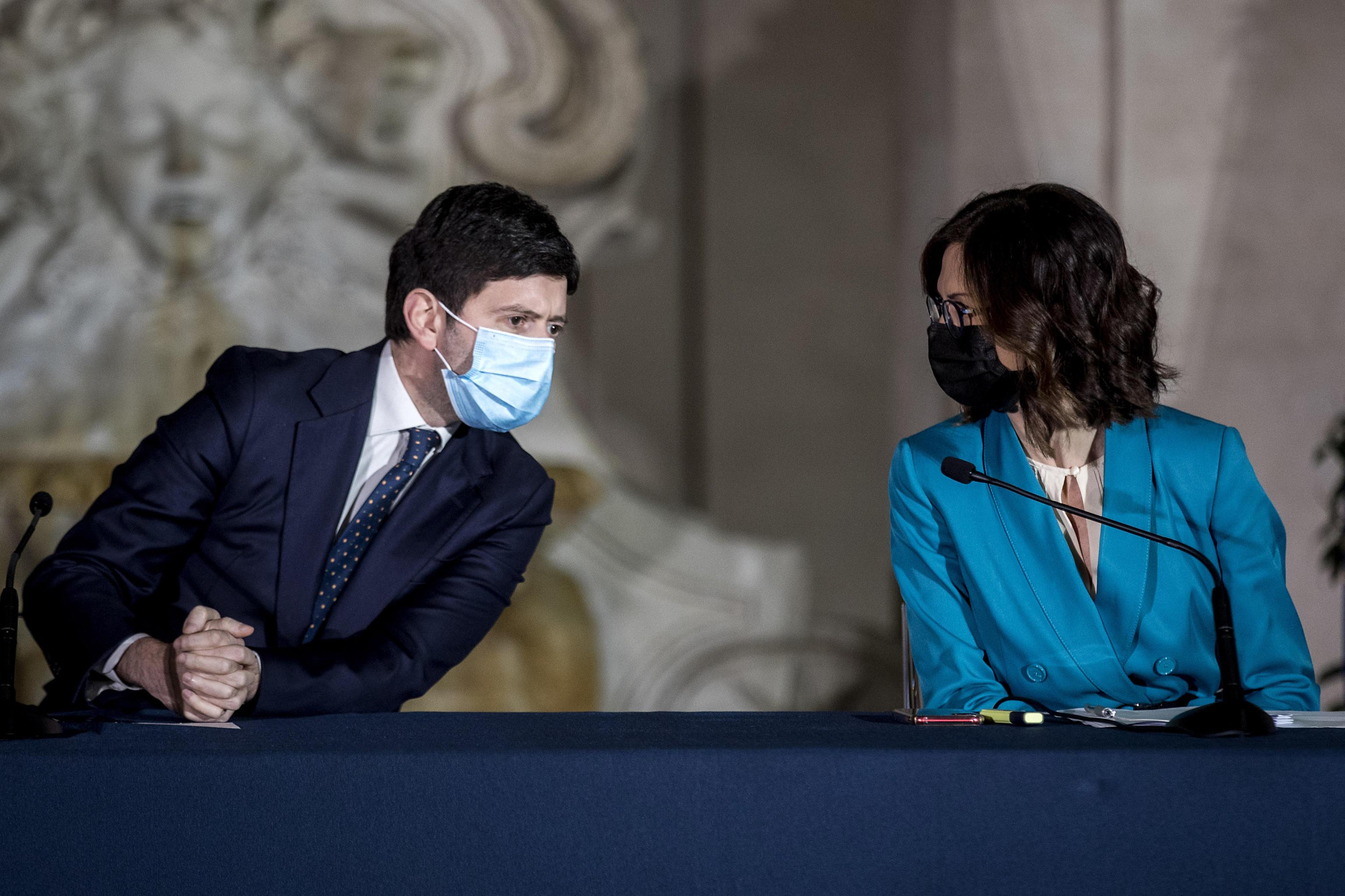 Coronavirus, il governo studia già nuove restrizioni: coprifuoco anticipato e altri limiti agli spostamenti. ...
