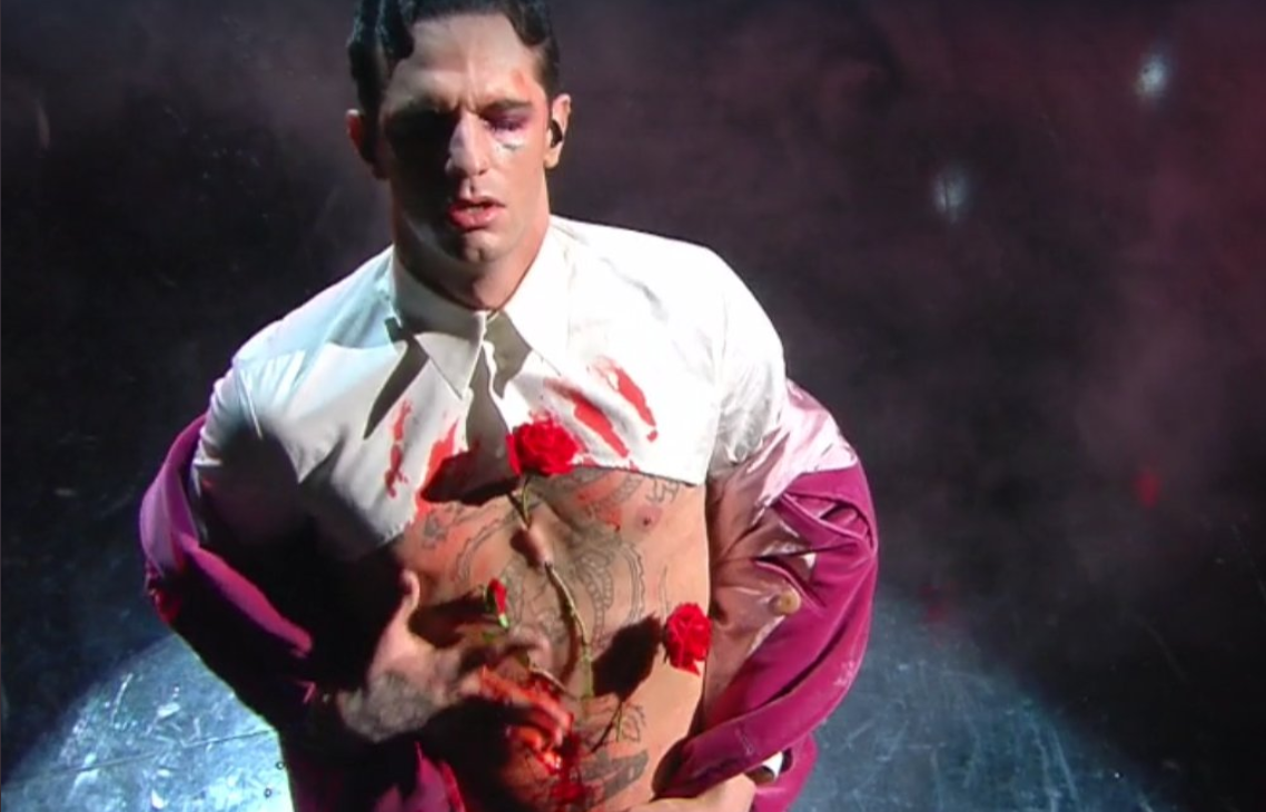 «Dio benedica gli esseri umani»: l'ultimo quadro di Achille Lauro a Sanremo sulle note di C'est la vie – Il video