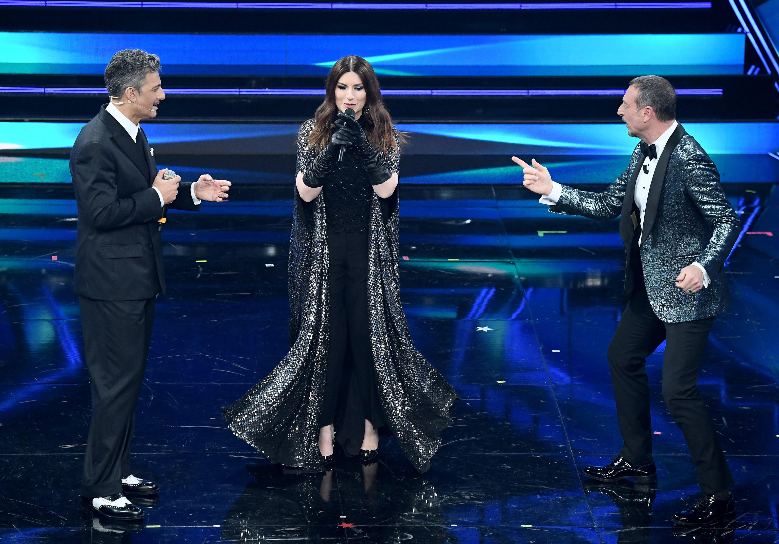Laura Pausini torna all'Ariston, la voce rotta dall'emozione: «Con la bocca a cammello tipica di Sanremo» – Il video