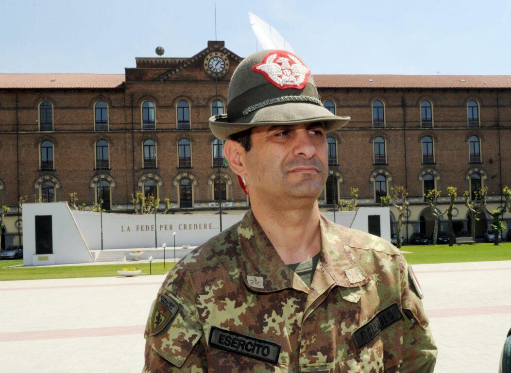Il generale Francesco Paolo Figliuolo davanti alla Caserma Garibaldi di Corso Quattro Novembre, 17 maggio 2010, Torino