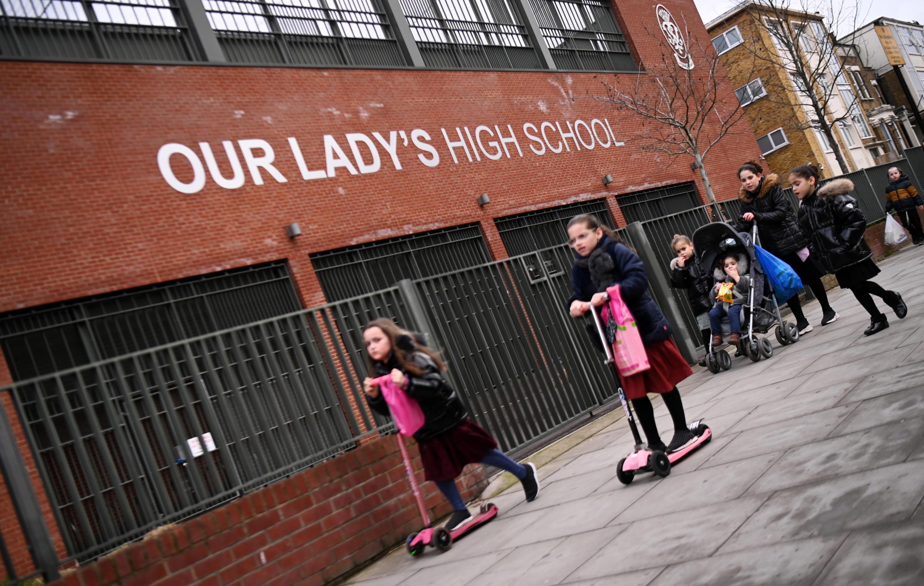 Coronavirus, riaprono le scuole nel Regno Unito dopo il lockdown: kit a casa per test agli studenti. In Israele via libera a ristoranti ed eventi solo per chi è vaccinato