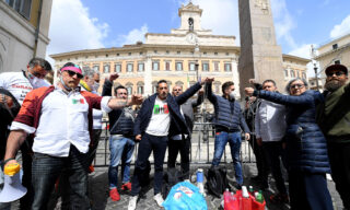 Street traders protest at Montecitorio Square front Italian  Parlament in Rome, Italy, 06 April 2021. They ask to be allowed to reopen and obtain immediate economic hel?ps amid the third Covid-19 wave in Italy.  ANSA/ETTORE FERRARI