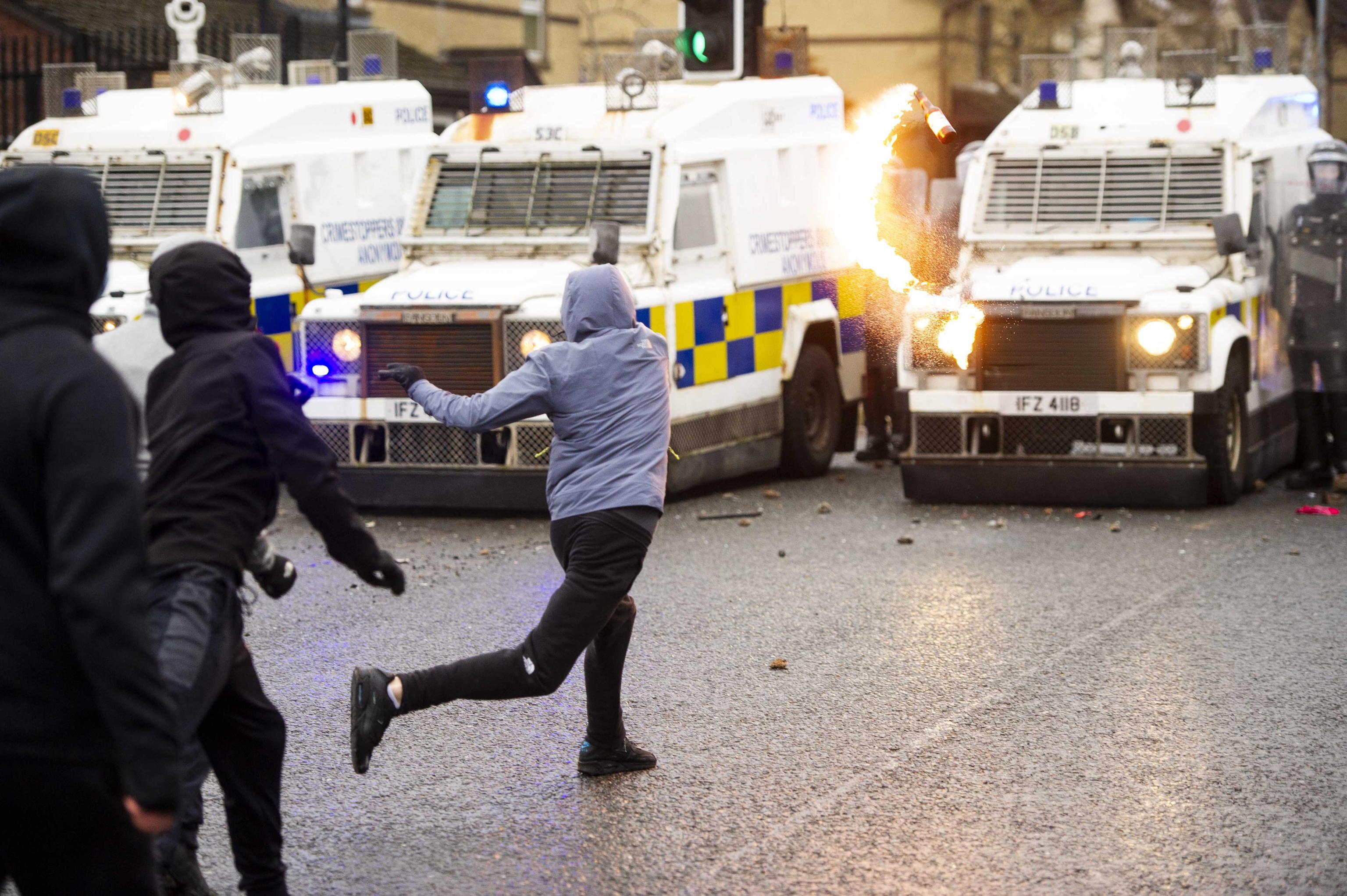 Gang in tuta, criminalità paramilitare e Brexit: la tempesta perfetta dietro gli scontri in Irlanda del Nord