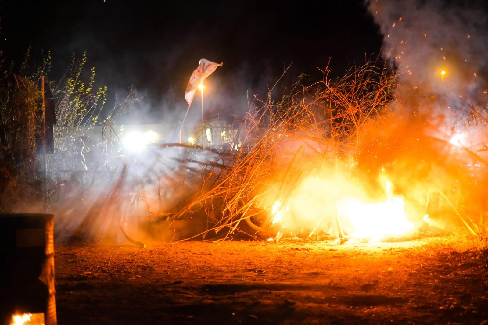 Scontri nella notte in Val Susa tra No Tav e polizia: barricate e petardi per fermare il cantiere del nuovo autoporto