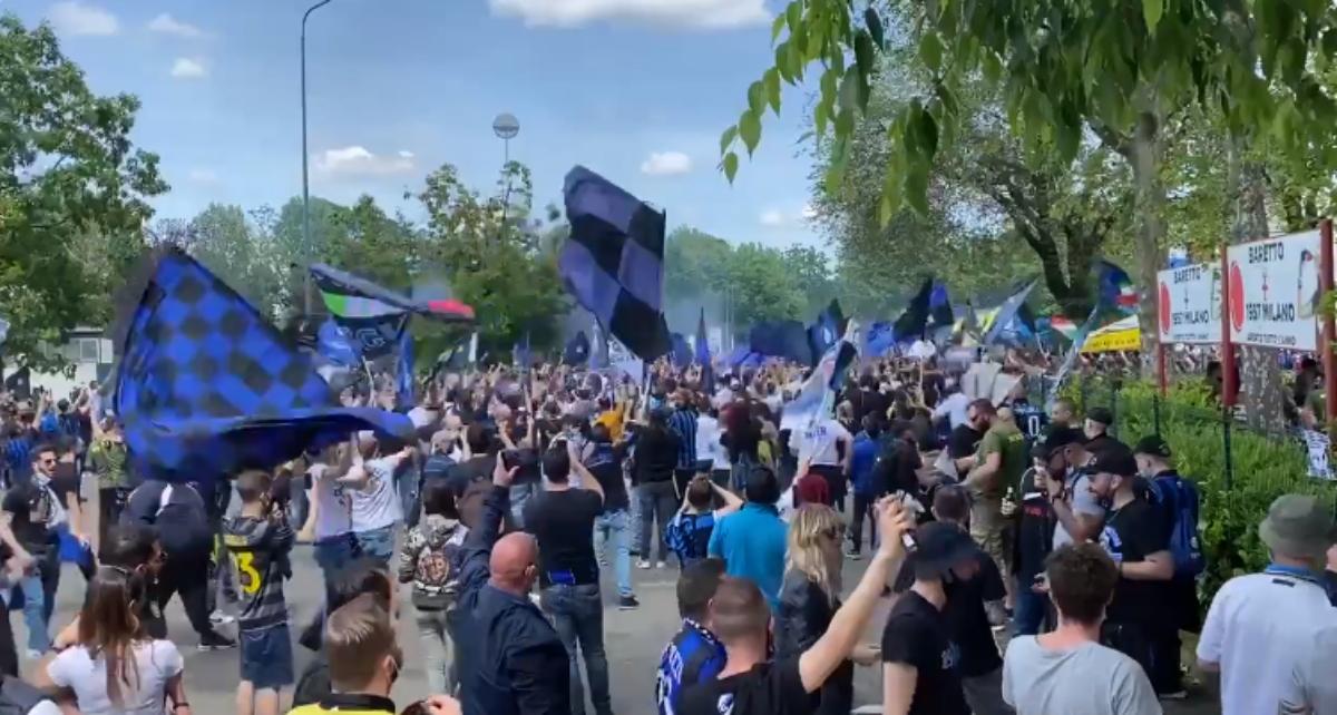 Inter, fuori da San Siro centinaia di tifosi pronti per la festa scudetto. Sala: «Mi auguro che tutto funzioni al meglio» – I video