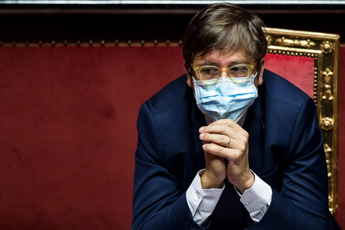 Niente mascherina all'aperto con 30 milioni di vaccinati