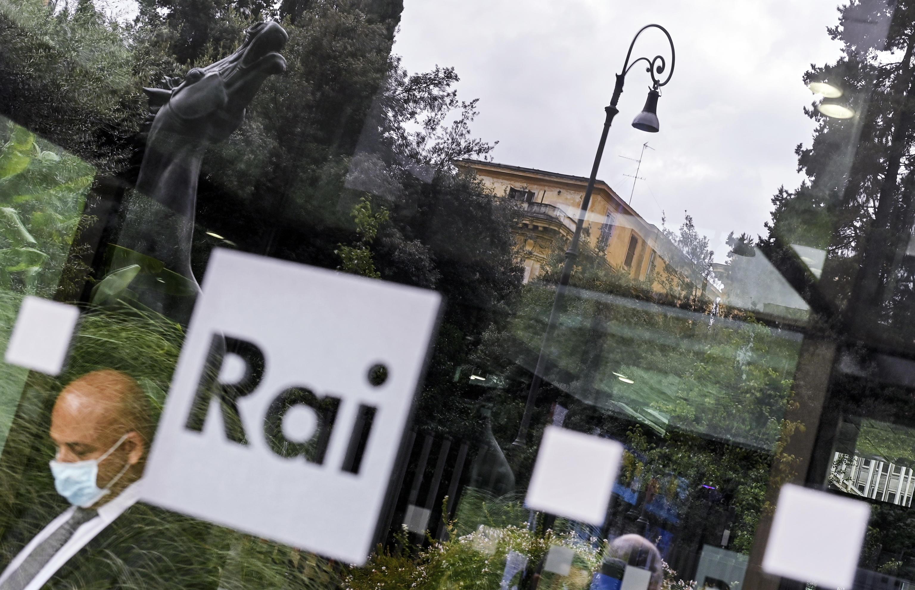 Rai, polemiche per un servizio anti Ue. L'ad Salini annuncia «provvedimenti». Meloni: «Si preferisce la censura al pluralismo»