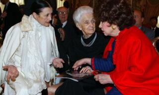La  nuova ambasciatrice della Fao Carla Fracci fotografata a Roma durante la giornata mondiale dell' alimentazione accanto a  Gina Lollobrigica e Rita Levi Montalcini, in una foto del 15 ottobre 2004. ANSA/ETTORE FERRARI