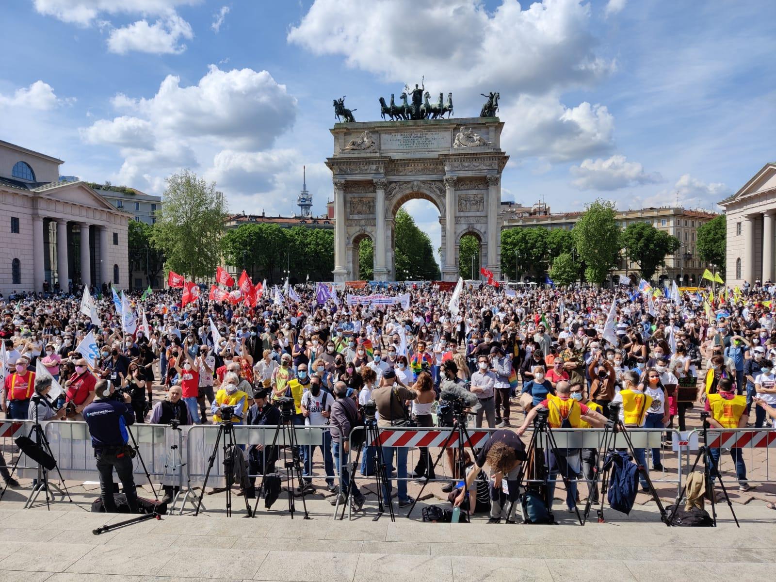 Ddl Zan, al via la manifestazione a Milano. All'Arco della Pace anche cantanti e politici di centrodestra. Lo slogan: «Il tempo è scaduto»