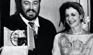 19830311-MILANO-Patrocinato da Nicola Trussardi, al termine della sfilata alla Scala, premiato il tenore Luciano Pavarotti con il premio 'Immagine Italia'. Nella foto: Luciano Pavarotti mostra il premio ricevuto al fianco di Carla Fracci. ANSA ARCHIVIO/A 11436