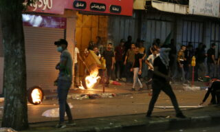 EPA/ABED AL HASHLAMOUN | Scontri tra l'esercito israeliano e i manifestanti palestinesi a Hebron