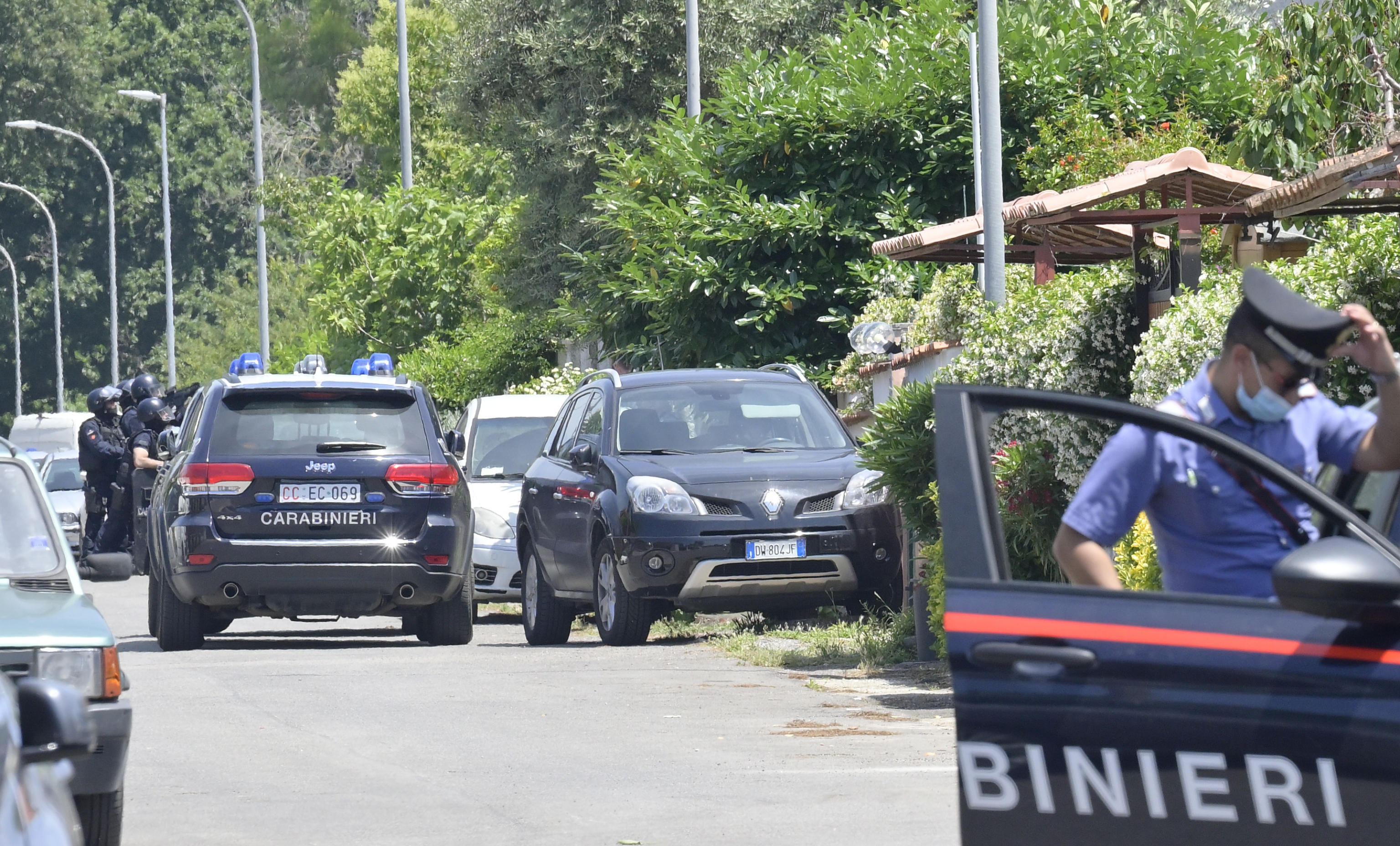 Spari in strada vicino a Roma, morti due fratellini di 3 e 8 anni e un anziano: l'aggressore è barricato in casa