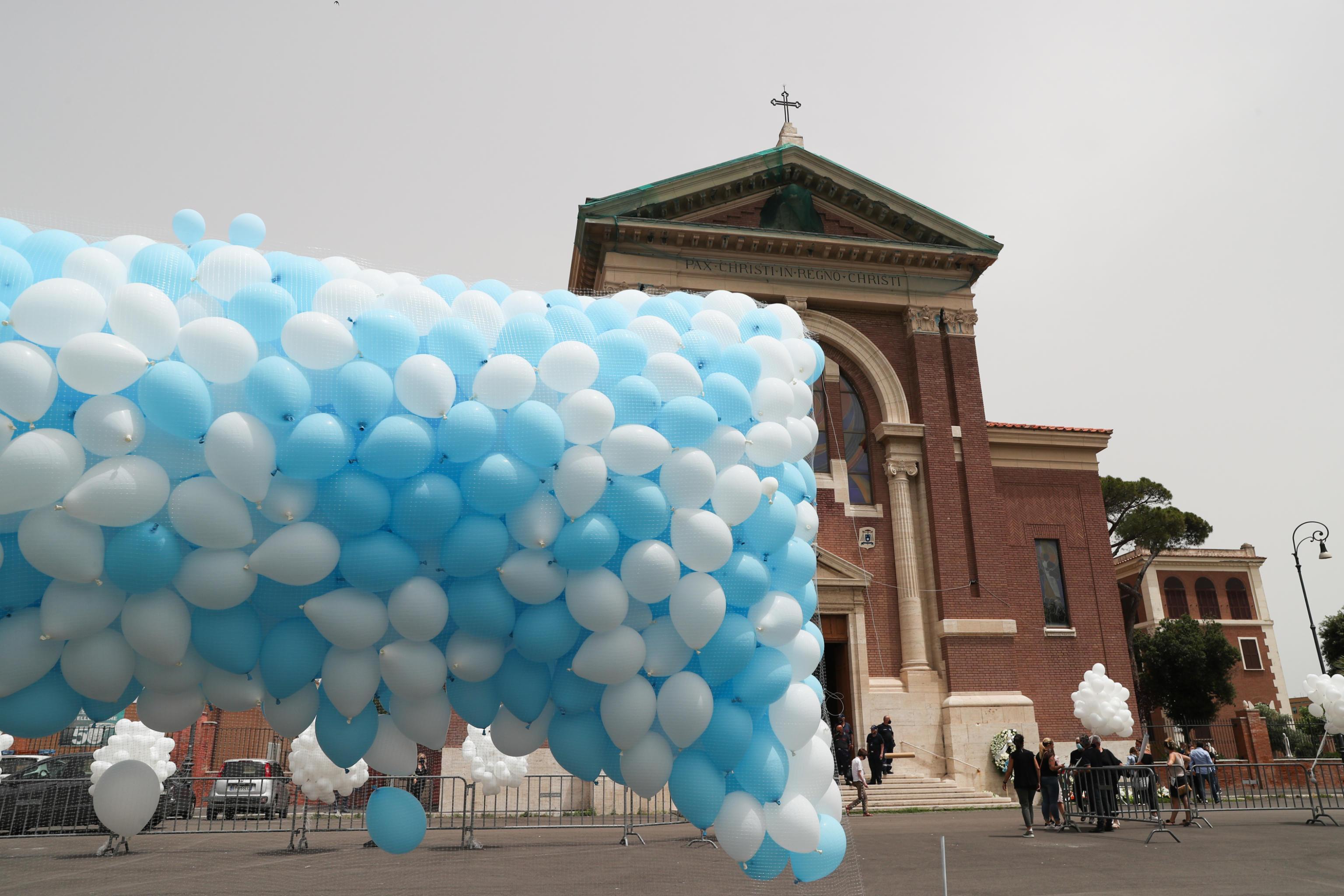 Strage di Ardea, al via i funerali dei fratelli Daniel e David. Fuori dalla chiesa centinaia di palloncini biancocelesti