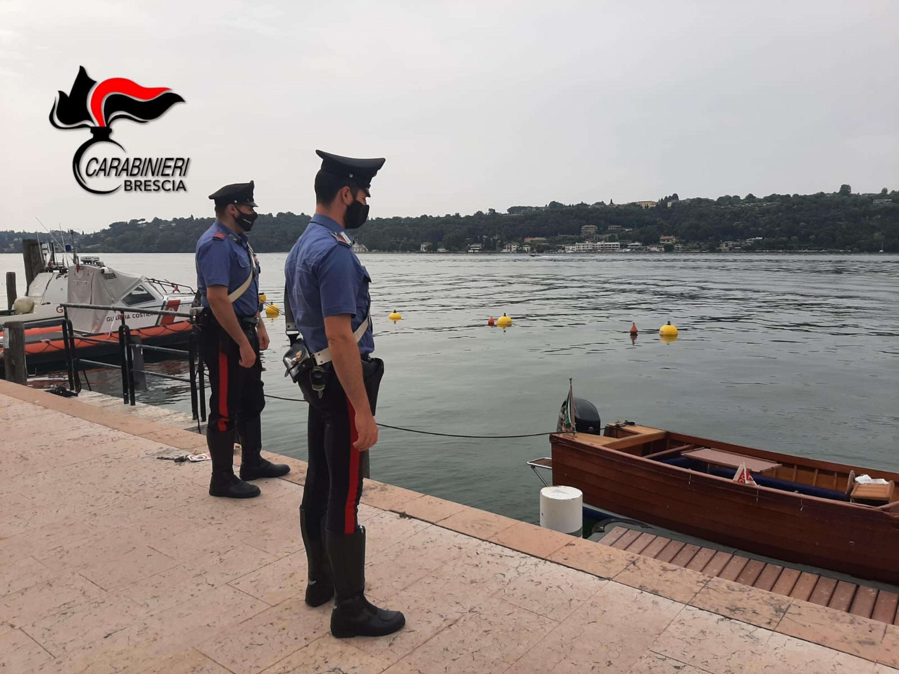 Giallo sul lago di Garda, trovato morto un 35enne su una barca danneggiata. A bordo abiti femminili