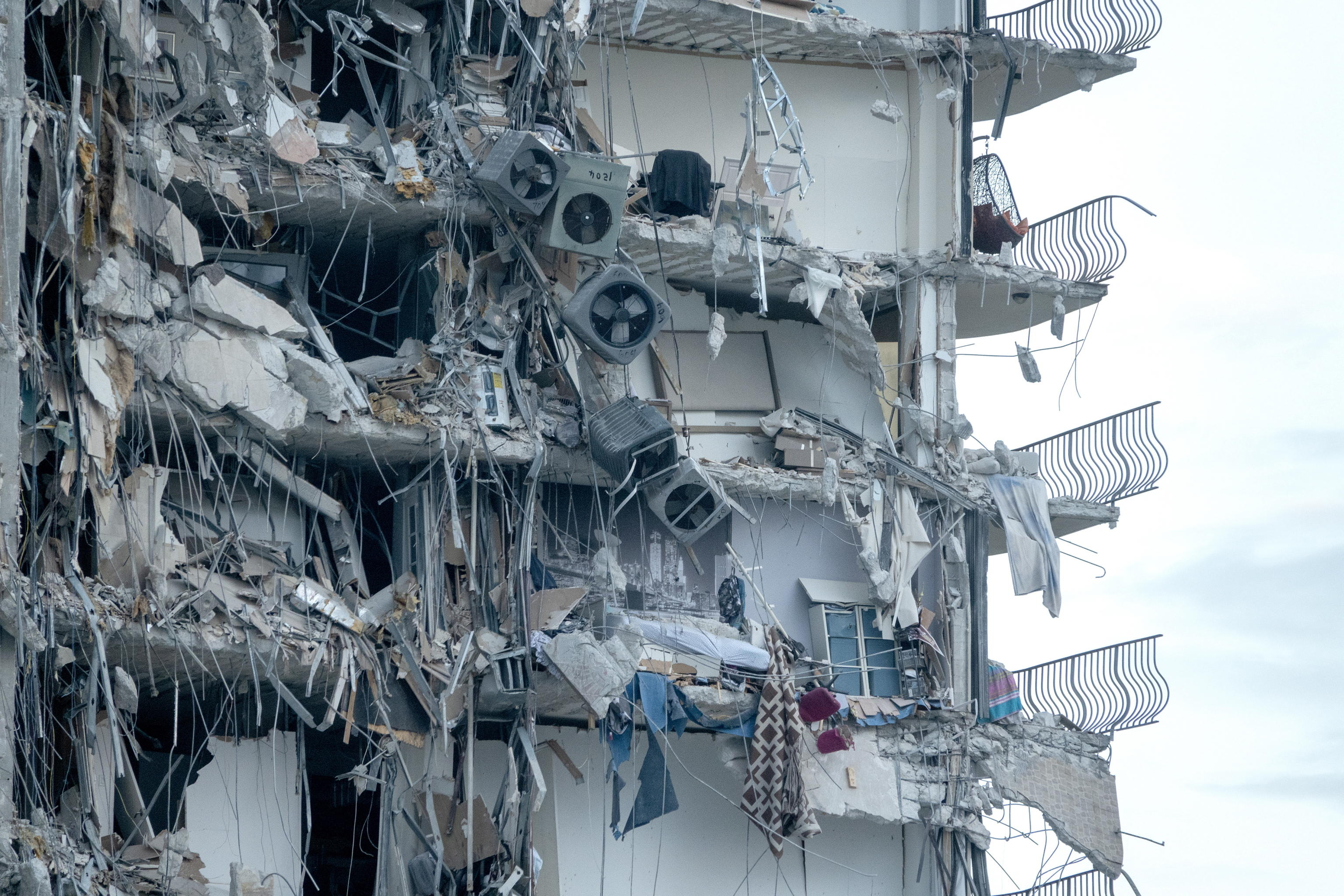 Miami, salgono a 99 le persone disperse dopo il crollo di un palazzo – Il video